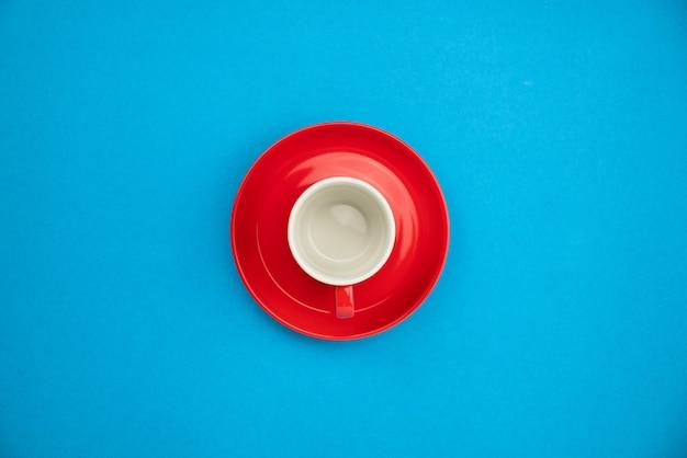 Tasse à café colorée sur fond de papier bleu