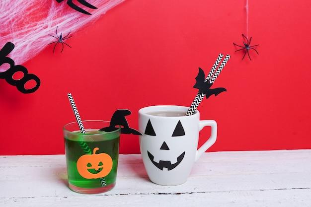 Tasse à café comme citrouille jack o lantern sur table en bois. notion d'halloween