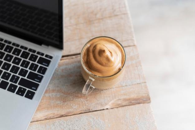 Tasse de café à côté de l'ordinateur portable
