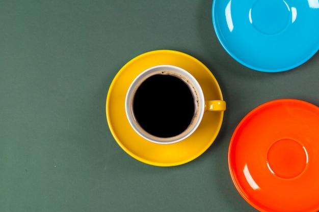 Tasse à café de couleur vive sur une vue de dessus de table