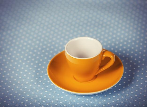 Tasse de café sur la couverture à pois.