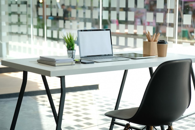 Tasse de café crayon tablette ordinateur sur le bureau.