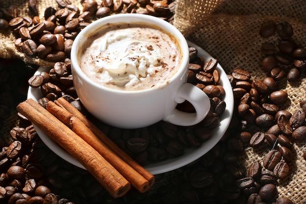 Tasse de café à la crème et à la cannelle