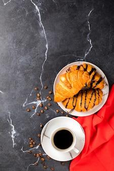 Tasse à café avec croissant au chocolat
