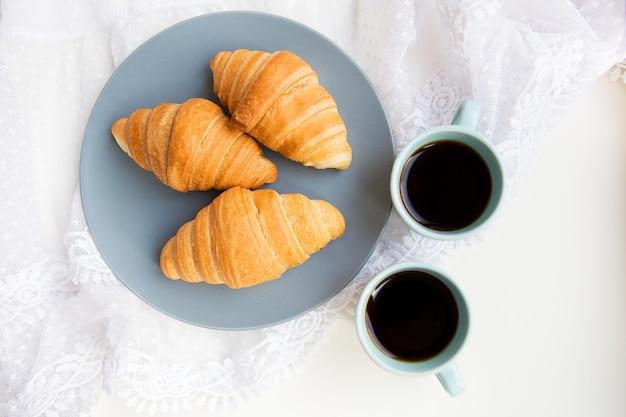 Tasse de café avec croissant