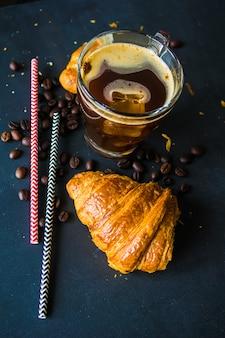 Tasse de café avec croissanton