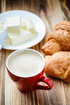 Tasse de café et des croissants au beurre