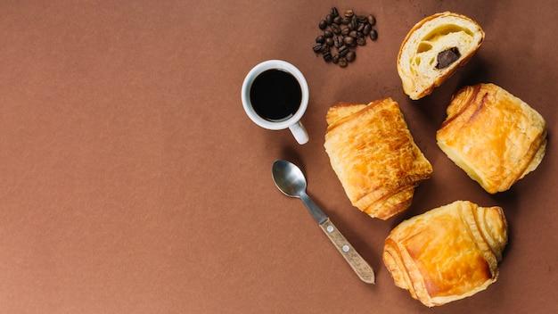 Tasse de café et croissants