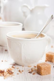 Tasse de café avec des cubes de sucre et pot à lait