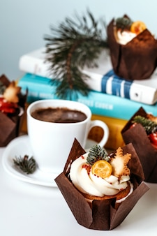 Tasse de café et cupcake la veille du nouvel an.
