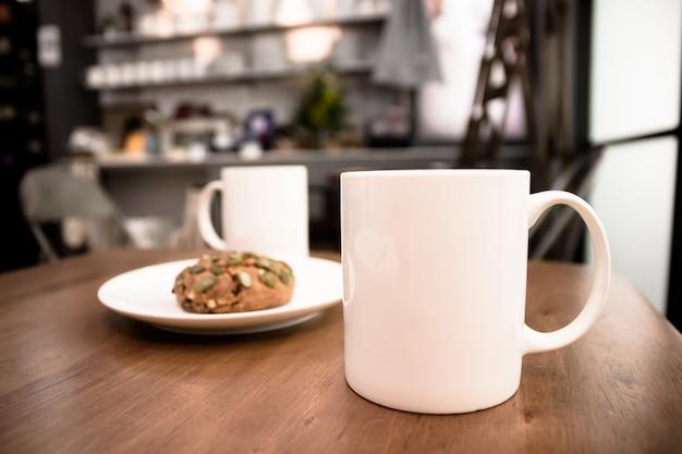 Tasse à café dans un café - image d'effet style vintage