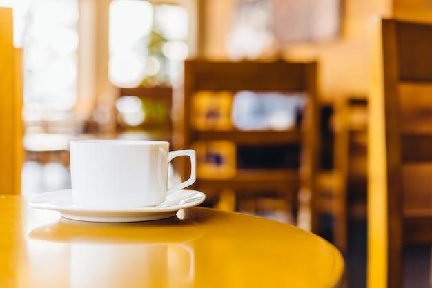 Tasse à café dans le café