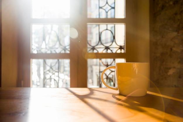 Tasse à café dans une table