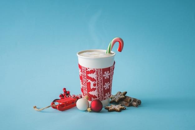 Tasse de café avec décoration de noël. mur de boissons chaudes d'hiver. concept alimentaire minimal.
