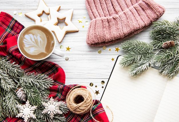 Tasse de café et décorations de noël
