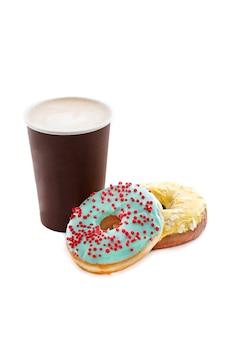 Tasse de café avec de délicieux beignets isolés