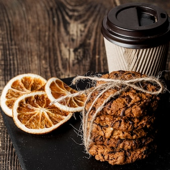 Tasse de café et de délicieux biscuits