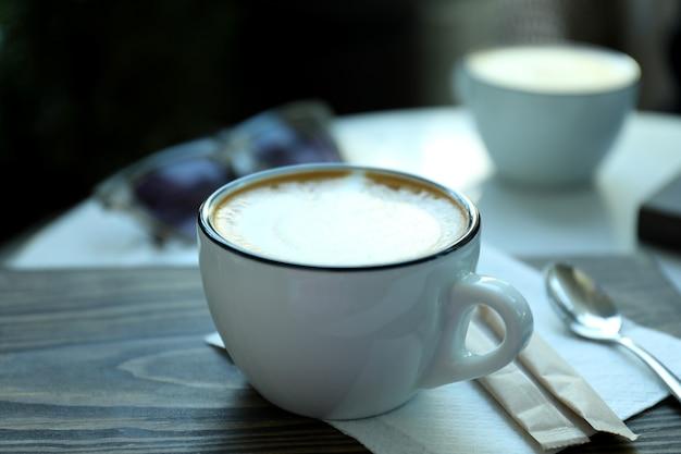 Tasse de café délicieux sur une table en bois en plein air au restaurant