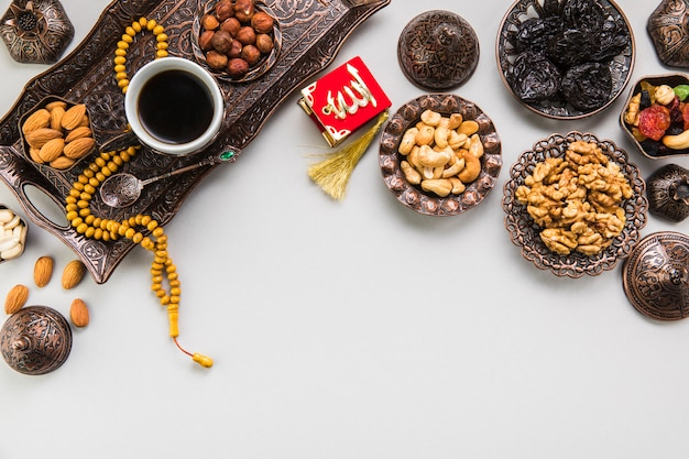 Tasse à café avec différentes noix et perles