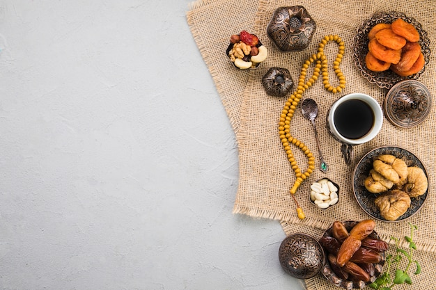 Tasse à café avec différents fruits secs et noix