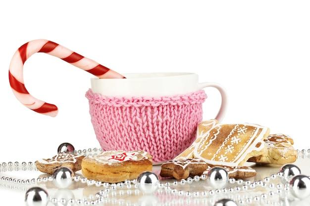 Tasse de café avec douceur de noël isolated on white