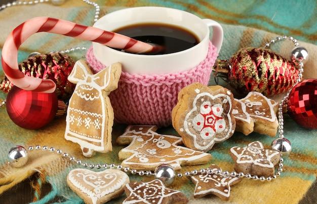 Tasse de café avec douceur de noël sur plaid close-up