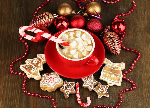 Tasse de café avec douceur de noël sur table en bois close-up