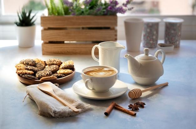 Tasse de café avec du lait et des biscuits dans une atmosphère détendue
