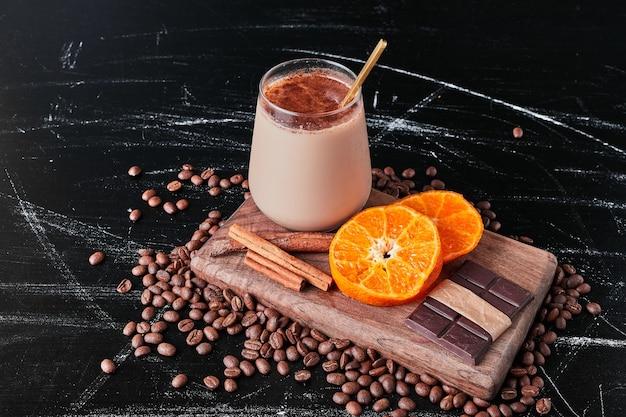 Tasse de café avec du lait et de la poudre.