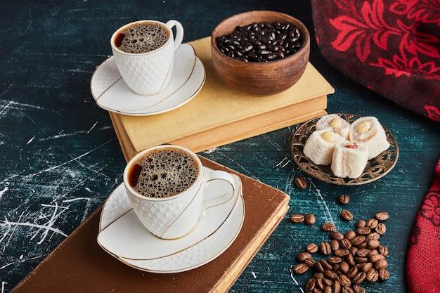Une tasse de café avec du lokum et du chocolat.