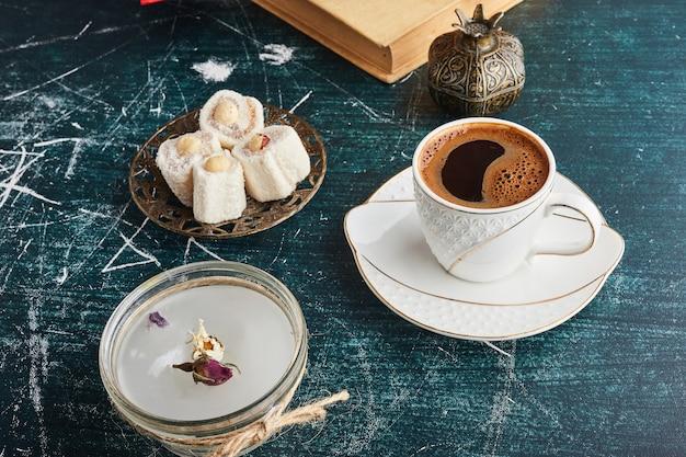 Une tasse de café avec du lokum.