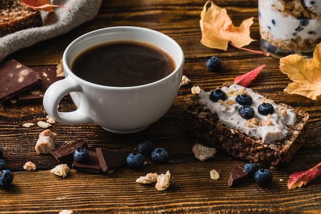 Tasse de café avec du pain grillé aux bleuets