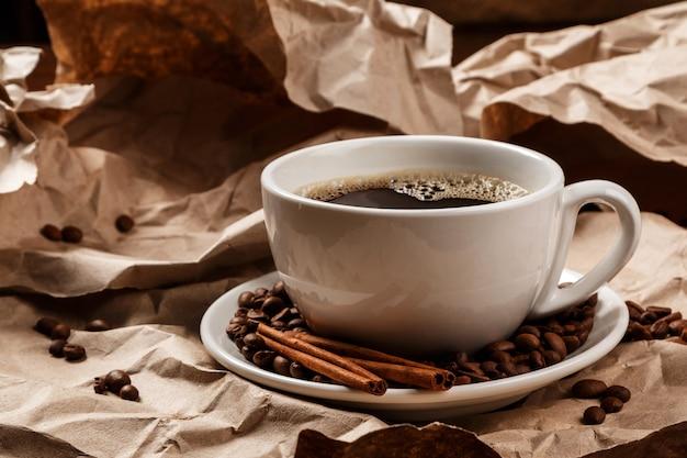 Tasse de café sur du papier froissé