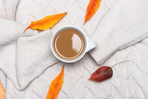 Tasse de café avec écharpe en tricot blanc lait laisse humeur d'automne composition d'automne confortable