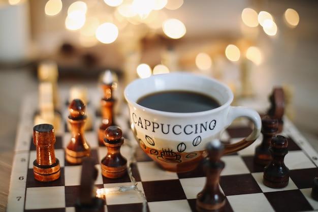 Tasse de café et d'échecs sur un concept de jeu d'échecs pause-café passe-temps