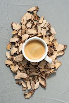Tasse de café sur l'écorce des arbres