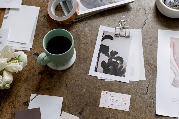 Tasse à café entourée de papiers commerciaux