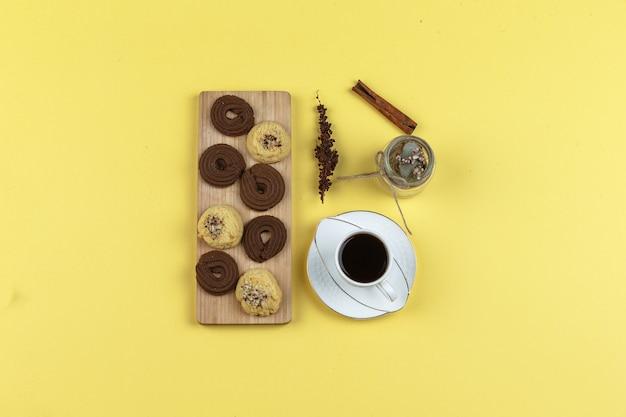 Tasse à café avec épices, biscuits, herbes séchées et grains de café