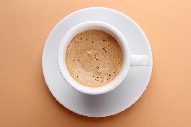 Tasse de café sur espace beige