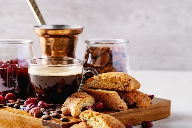 Tasse de café espresso avec cantucci aux canneberges