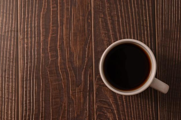 La tasse de café est au bureau.
