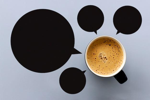 Tasse à café expresso chaud et étiquette noire sur la table avec un espace pour le texte. vue de dessus