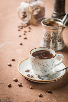 Tasse à café expresso et grains de café sur pierre brune