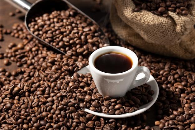 Tasse de café expresso et grains torréfiés. fond de café