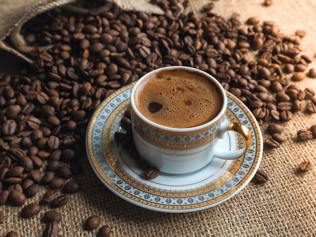 Tasse à café expresso avec des grains sur