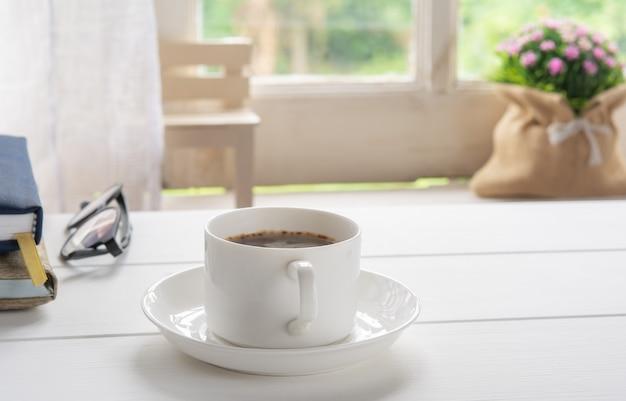 Tasse à café et fenêtre dans la nature