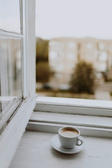 Une tasse de café à la fenêtre