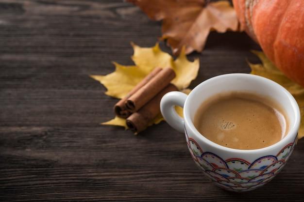 Tasse à café sur les feuilles d'automne