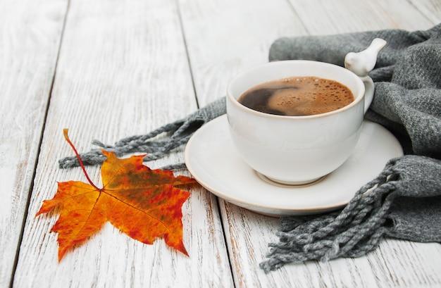 Tasse de café et feuilles d'automne
