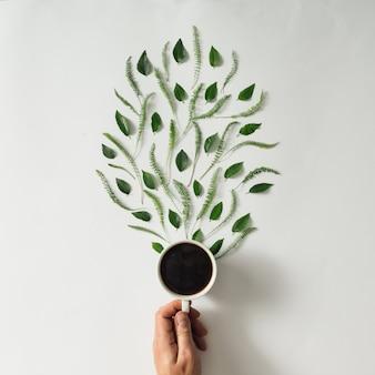 Tasse à café avec des feuilles